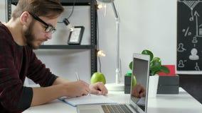 Stonowany profilowy wizerunek przystojny freelance mężczyzna patrzeje okno i główkowanie o nowych biznesów projektach, strategiac zbiory