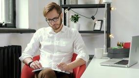 Stonowany profilowy wizerunek przystojny freelance mężczyzna patrzeje okno i główkowanie o nowych biznesów projektach, strategiac zbiory wideo