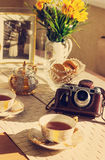 Stonowany tło z filiżanką herbata, lato kwiaty, foto i rocznik kamera, Obraz Stock