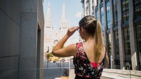 Stonowany tylni widoku wizerunek piękna młoda kobieta z długie włosy patrzeć na starym katolickim cathedra ?e?ski turystyczny pod obrazy royalty free