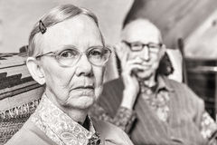 Stonowany wizerunek starszej osoby pary obsiadanie w Żywym pokoju obrazy royalty free