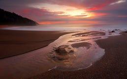 Stony Creek encontra o oceano no nascer do sol foto de stock royalty free