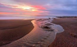 Stony Creek flui na praia de Coalcliff fotografia de stock
