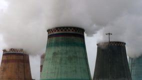 Stoom die uit de koeltorens van thermische elektrische centrales komen Stock Afbeeldingen