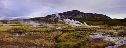 Stoom die uit een kleine geiser in geysir destrict in IJsland komen Stock Fotografie
