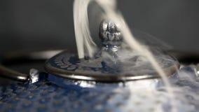 Stoom die uit theepot te voorschijn komen stock videobeelden