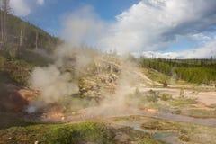 Stoom die van een geiser bij het beroemde yellowstonepark toenemen royalty-vrije stock fotografie
