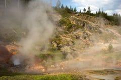 Stoom die van een geiser bij het beroemde yellowstonepark toenemen stock fotografie