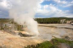 Stoom die van geisers bij het beroemde yellowstonepark toenemen royalty-vrije stock afbeelding