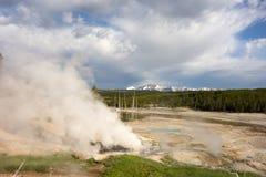 Stoom die van geisers bij het beroemde yellowstonepark toenemen stock fotografie