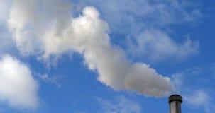 Stoom die van Water uit de Schoorsteen van een Verbrandingsoven komen, dichtbij Parijs, Langzame motie stock video