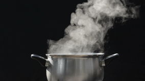 Stoom op pot bij keuken stock footage