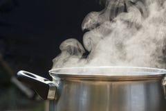 Stoom op pot in keuken stock afbeeldingen