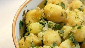 Stoom over smakelijke gekookte aardappels met dille stock videobeelden