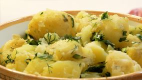 Stoom over smakelijke gekookte aardappels met dille Sluit omhoog stock videobeelden