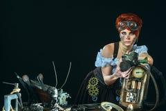 Stoom-punkmeisjesportret op donkere achtergrond stock afbeelding