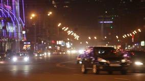 Stoom van auto's op de nachtstraat stock footage