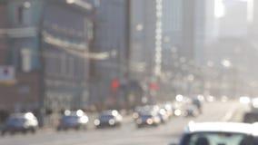 Stoom van auto's op de straat van de grote stad stock video
