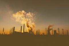 Stoom van schoorstenen in olieraffinaderij Stock Foto