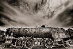 Stoommotor met humeurige wolken Stock Afbeelding