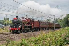 Stoomtrein op een moderne spoorweg Stock Foto's