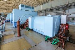 Stoomturbogenerator in turbinezaal bij kernenergiepost Stock Foto