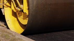 Stoomwals tijdens wegenbouw De werken van de asfaltbestrating stock videobeelden