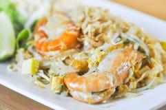 Stootkussen Thaise of be*wegen-gebraden noedel met garnalen Thais voedsel Stock Foto's