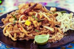 Stootkussen Thaise plaat bij een de box in het weekend markt van het straatvoedsel, Phuket, Thailand Royalty-vrije Stock Afbeelding