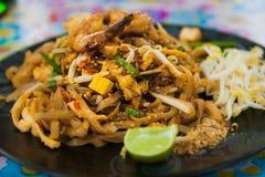 Stootkussen Thaise plaat bij een de box in het weekend markt van het straatvoedsel, Phuket, Thailand Stock Foto