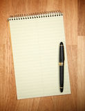 Stootkussen van Document & Pen royalty-vrije stock foto's