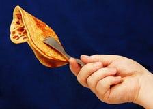 Stop met een in hand pannekoek. Royalty-vrije Stock Afbeeldingen