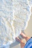 Stopa i nogi na plaży - mężczyzna, samiec Obraz Royalty Free
