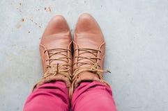 Stopa i nogi widzieć od above Selfie Kobieta buty Zdjęcia Stock
