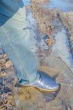 Stopa w bucie w kałuży lód Zdjęcie Royalty Free
