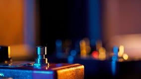 Stopa w gumshoes naciska na pętla następie dla gitary elektrycznej Zakończenie up gitarzysty krok na skutek maszynie na koncercie zbiory