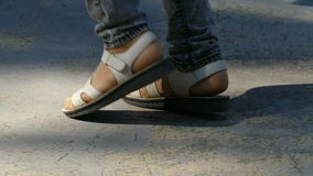 Stopa w sandałach tanczących zdjęcie wideo