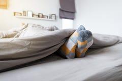 Stopa z skarpetą i cieki na łóżku po budzić się up Obrazy Stock