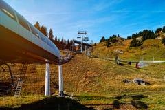 Stoped ανελκυστήρας σκι στην κλίση ορών στο φθινόπωρο Στοκ Φωτογραφία