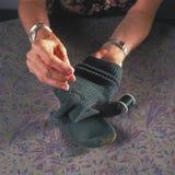 Stopfende Socke der Frau Lizenzfreies Stockbild