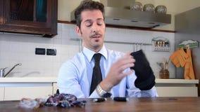 Stopfende Socken des Geschäftsmannes stock footage