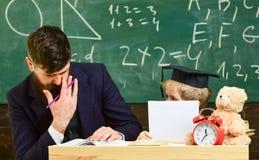 Stopień szkoły pojęcie Ojciec uczy synowi podstawową wiedzę, dyskutuje, wyjaśnia, Nauczyciel i uczeń w mortarboard obrazy stock