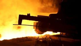 Stopiony żelazny strumień w stalowni, przemysłu ciężkiego pojęcie Proces produkcja metal przy metalurgicznym zbiory