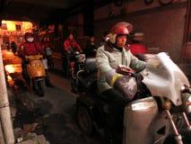 Ожидание мотоциклистов на Stoplight стоковые изображения rf