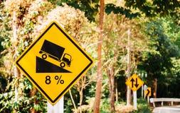 8% stopnia stromy znak ostrzegawczy, żółty znak uliczny, dwa kierunek Obrazy Royalty Free