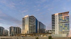 Stopp av det elektriska drevet för stad nära moderna höghus arkivbilder