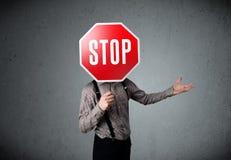 stopp för affärsmanholdingtecken Arkivfoton