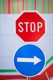 Stopp- och piltecken royaltyfri bild