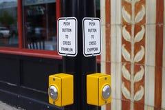 Stopp på vägen på trafikljus som ska korsas, knappar i buffeln NY arkivbilder