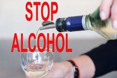 Stoppa alkohol Bartendern gör en coctail Förberedelse av den kosmopolitiska coctailen arkivbilder